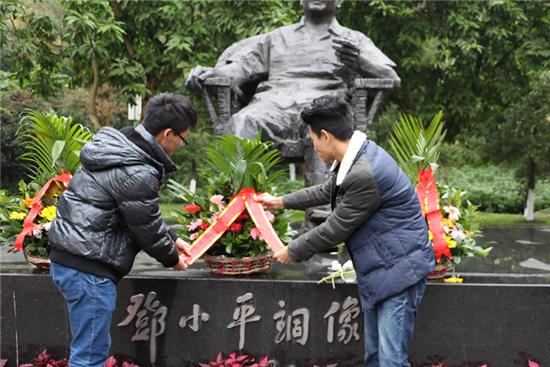 2.学员代表向邓小平铜像敬献花篮