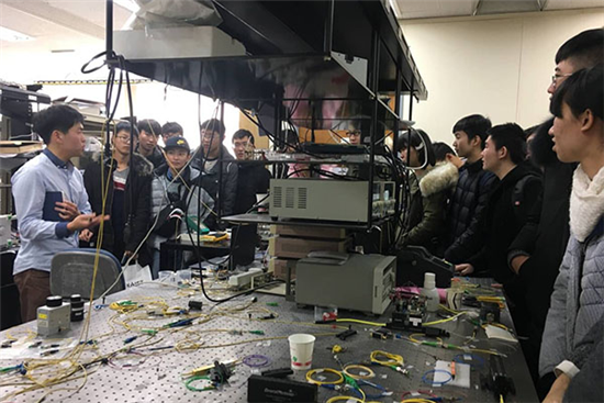 学生参观KAIST大学实验室